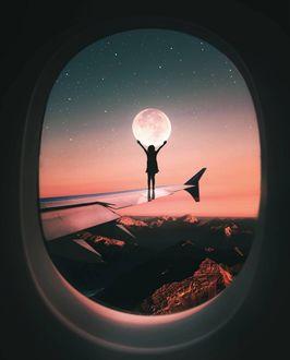Фото Девочка тянет руки к луне, стоя на крыле самолета, by Ronald Ong