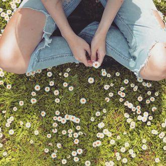 Фото Девушка сидит на траве с ромашками, by terezakotrcova