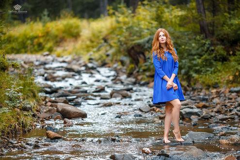 Фото Модель Яна стоит на камне у реки. Фотограф Махиня Любовь