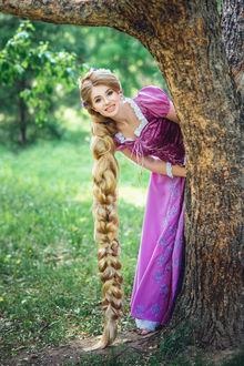 Фото Девушка с длинной косой выглядывает из-за дерева. Фотограф Липкина Диана