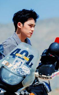 Фото Mingyu позирует, сидя на байке, из группы Seventeen, k-pop, Южная Корея