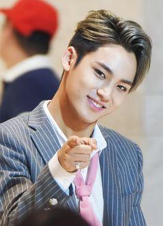 Фото Mingyu в полосатом пиджаке с розовым галстуком из группы Seventeen, k-pop, Южная Корея