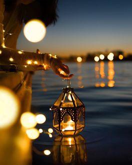 Фото В руке девушки светящийся фонарь. Photo by stephen_a