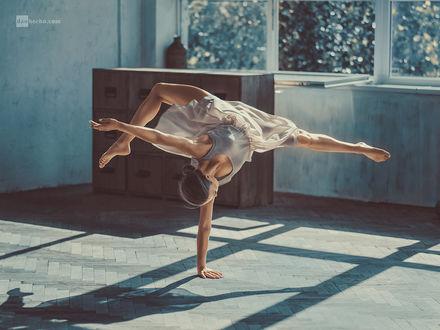 Фото Девушка в танце стоит на одной руке, by Dan Hecho