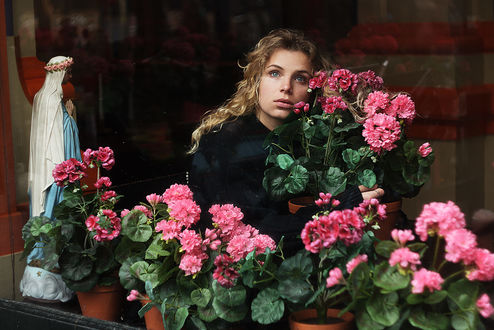 Фото Модель Анна у цветов герани в горшках. Фотограф Alexandra Bochkareva