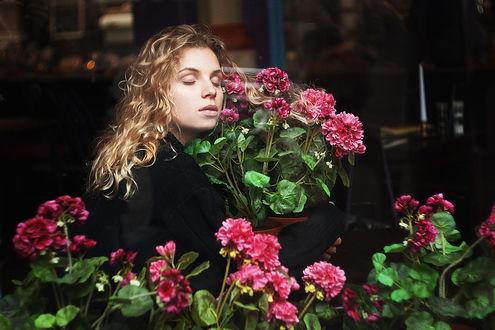 Фото Модель Анна с цветами герани в горшке. Фотограф Alexandra Bochkareva