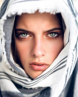 Фото Девушка с красивыми глазами в платке, by Jonathan David