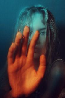 Фото Девушка держит руку перед собой на стекле, фотограф Alessio Albi