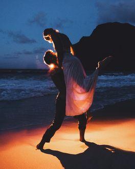 Фото Парень держит девушку на руках, by christopher. james