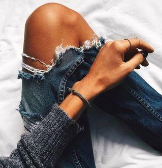 Фото Драные джинсы на коленке