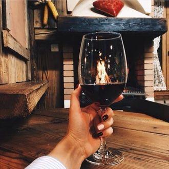 Фото Девушка держит бокал красного вина в руке