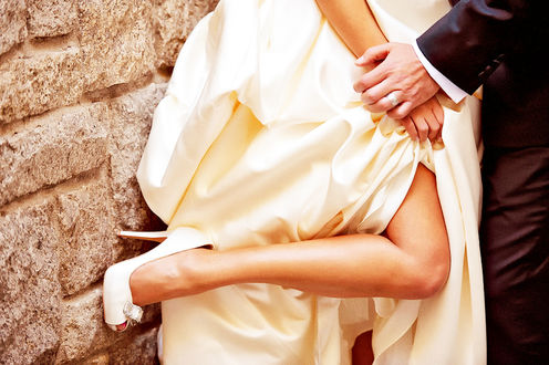 Фото Жених держит невесту за руку