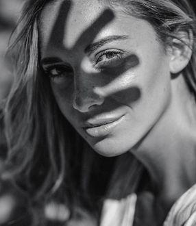 Фото Портрет девушки с тенью руки на лице, by Constantin Slotty