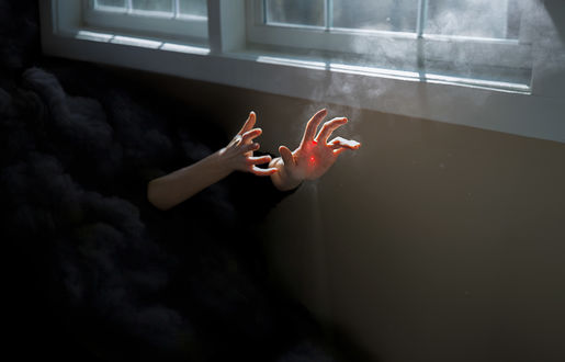 Фото Руки девушки в пустой комнате тянутся за дымом, фотограф Melania Brescia