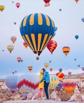 Фото Влюбленная пара на фоне взлетающих воздушных шаров