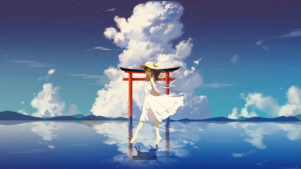 Фото Девушка в шляпе и белом платье идет по воде, отражаясь в ней кошкой
