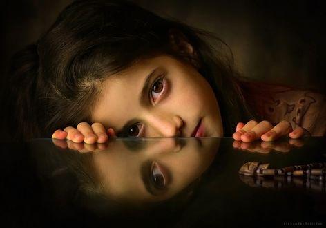 Фото Красивая кареглазая девочка и ее отражение на зеркальной поверхности. Фотограф Alexander Sviridov