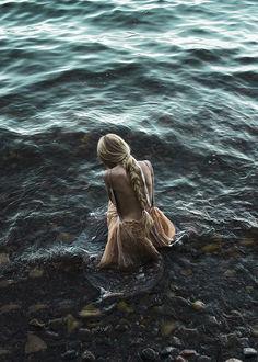 Фото Девушка с заплетенной косой сидит у моря, by Lisa Agurеn