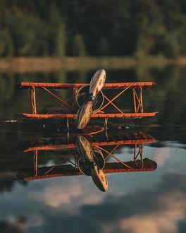Фото Самолетик и его отражение на воде