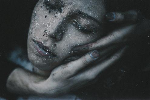 Фото Мужские руки поддерживают голову девушки, by NataliaDrepina