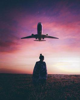 Фото Над стоящей в поле девушкой пролетает самолет