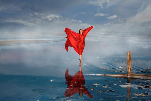 Фото Модель Анастасия в красном платье стоит над водой. Фотограф Денис Будняк