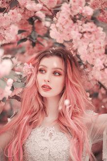Фото Девушка с розовыми волосами стоит на фоне весенних цветущих веток дерева. Фотограф Jovana Rikalo