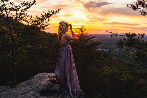 Фото Девушка стоит на камне на фоне природы и неба во время заката. Фотограф Katya Vilchyk