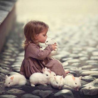 Фото Девочка целует кролика