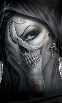 Фото Девушка с татуировкой черепа на руке