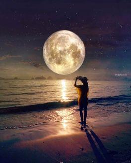 Фото Девушка стоит у моря на фоне полной луны, by Dotz Soh