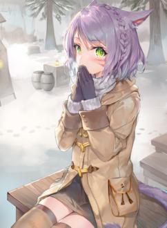 Фото Девушка с ушками в зимней одежде держит руки у лица