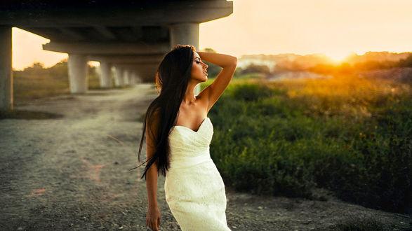 Фото Модель Дарина стоит на фоне закате под мостом, фотограф Maks Kuzin