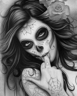 Фото Девушка с рисунком на лице в виде черепа