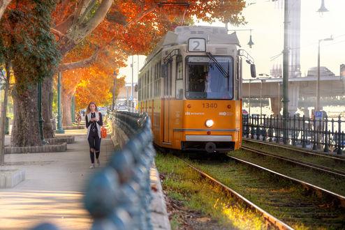 Фото Девушка идет по тротуару вдоль трамвайного пути. Фотограф Эдуард Гордеев