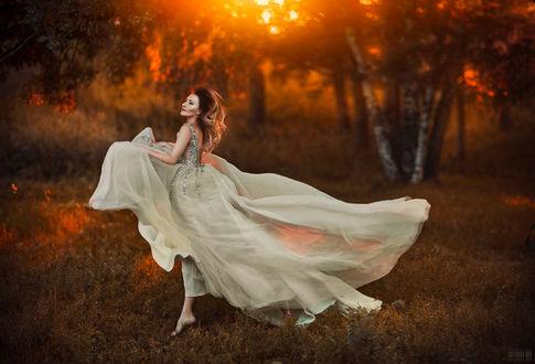 Фото Девушка в белом платье стоит на фоне природы, фотограф Светлана Беляева
