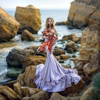 Фото Девушка с рыбой стоит на камнях у моря, фотограф Irina Dzhul