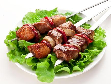 Фото Тарелка с шашлыком и салатом