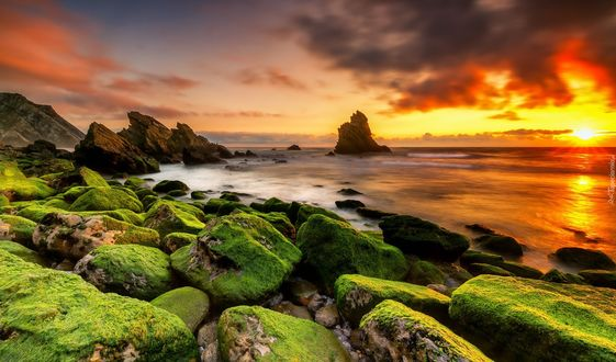 Фото Закат над побережьем с каменистым берегом