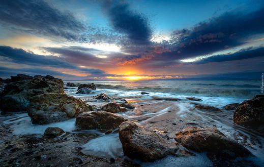 Фото Камни на берегу моря на фоне вечернего неба