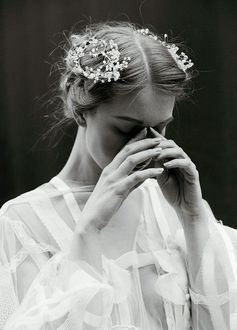 Фото Девушка держит руки у лица