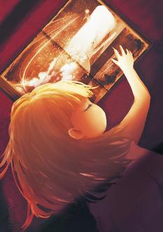 Фото Спящая девочка положила руку на картину, где нарисована девушка с волшебным посохом, летящая по ночному небу на ките