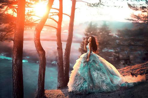 Фото Девушка в бирюзовом красивом платье стоит у озера рядом с деревьями, фотограф Мария Липина