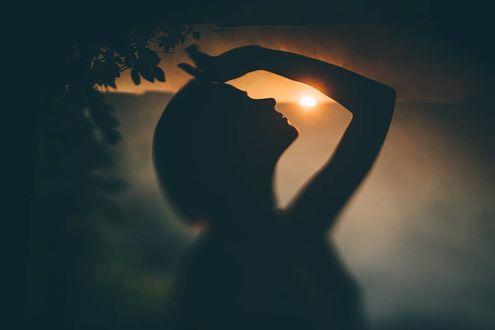 Фото Девушка держит руку на голове, by curly_photo