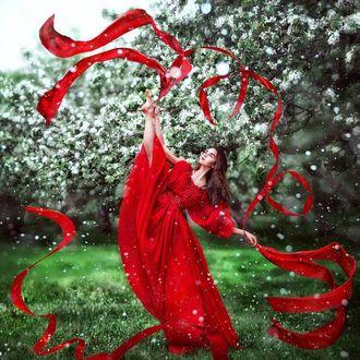 Фото Модель Настя Джуркина в красном платье, с лентами в руках, фотограф Maria Lipina