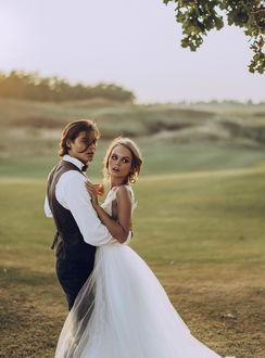 Фото Модель Анастасия Щеглова в белом свадебном платье и парень, обнимающий ее. Фотограф Viktoria Romanova