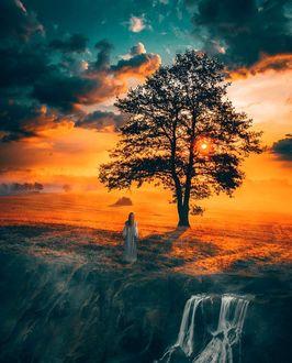 Фото Девушка стоит на фоне яркого заката, by erkoc_erhan