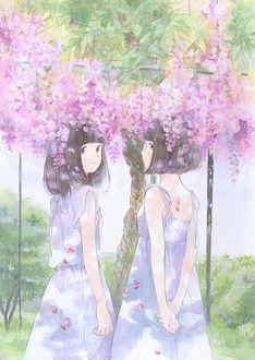 Фото Две девушки под цветущей глицинией