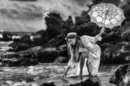 Фото Девушка в шляпке, с зонтом в руке наклонилась к воде. Фотограф Alex Darash