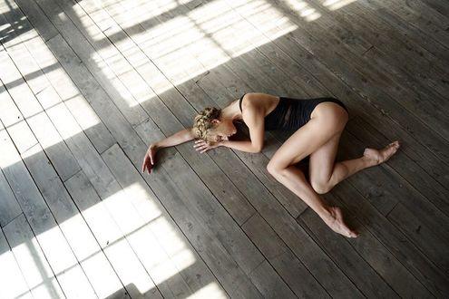 Фото Балерина лежит на полу, by Darian Volkova